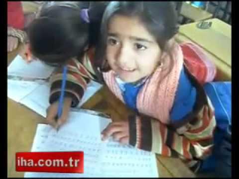 Ders yaparken türkü söyleyen minik kız | GencLerBurDa.NeT |