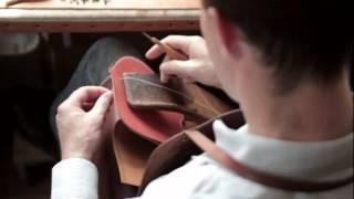 Ручное шитье кожи: наглядная демонстрация(Мастер французского дома моды Hermes наглядно демонстрирует приемы ручного шитья кожи описанные в книге Ала..., 2012-03-21T10:37:59.000Z)
