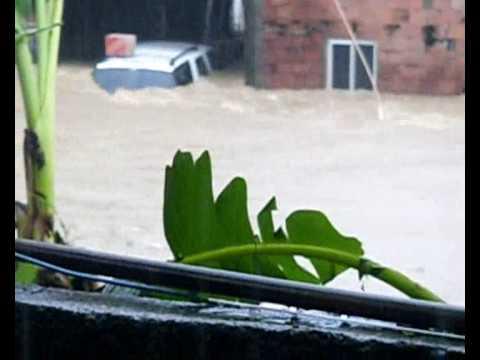 Chuva em São gonçalo rio de janeiro 04/2010  levando dois carros
