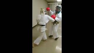 教室での一般防具練習です。 青山3段(黒グローブ)と飯尾3段(赤グロ...