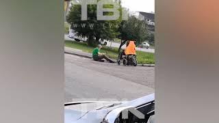 Красноярский инвалид молотком разбивает бордюры, чтобы проехать на коляске