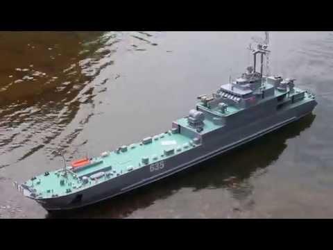 """Landungsschiff der Volksmarine Nr 635 """"Anklam"""" schwimmt als Modell weiter"""