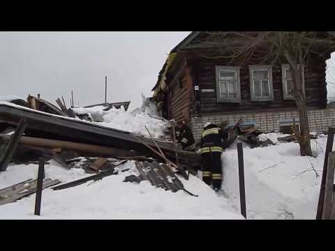 В Омутнинске обрушилась крыша двора