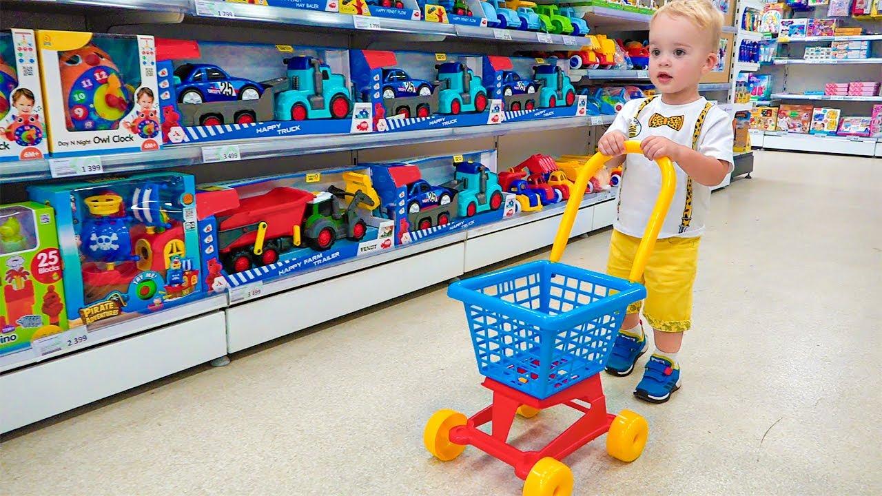 Крис и мама делают покупки в магазине игрушек