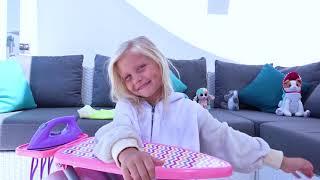 Alicia quiere ser princesa y juega en un salón de belleza.