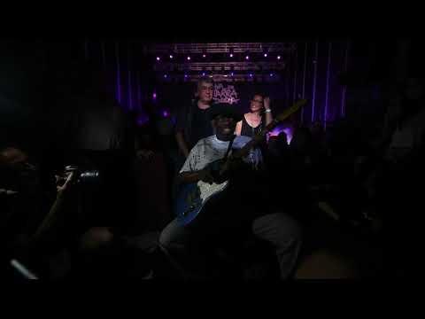 Momento en el que Lucky Peterson bajó a tocar con el público en el Festival de la Guitarra