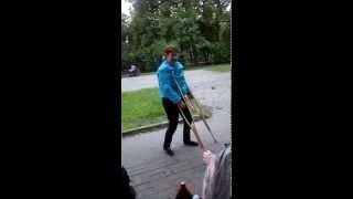 мама пытается ходить на костылях=)