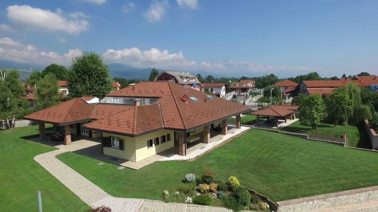 Lussuosa villa con piscina e sauna san carlo canavese for Ville moderne con piscina
