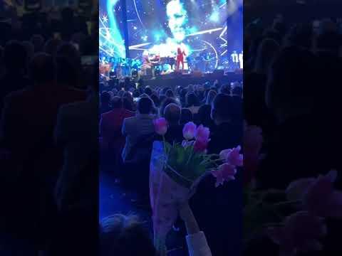 Girl's Flowers For Dimash New York Concert Fancam Love Is Like A Dream Димаш Любовь похожая на сон