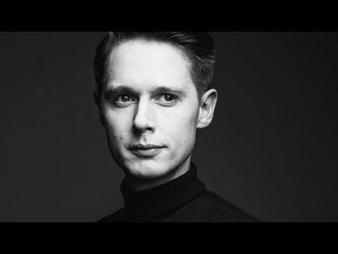 "Samuel Barnett Discusses His New Show, ""Dirk Gently's Holistic Detective Agency"""