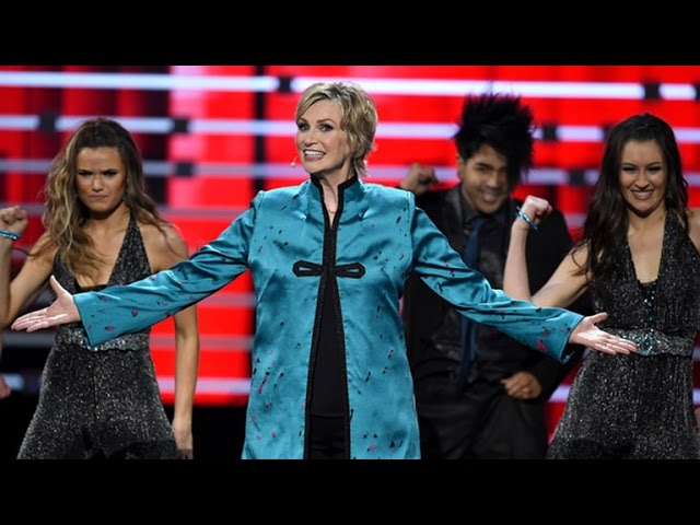 Jane Lynch Puts Her Own Funky Twist on the 'Whip and Nae Nae' at 2016 People's Choice Awards