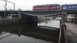 Поезд едет через Стариный Жд Мост в СПб