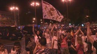 La cibeles se llena de miles de aficionados madridistas para celebrar la Duodécima