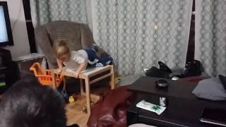 Ребенок свалился со стола! Куда смотрят родители?!