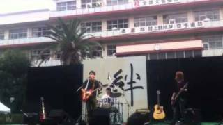 東大阪大学の二回生で結成されたバンドのTRUEです。 曲は3B LAB.☆の星...