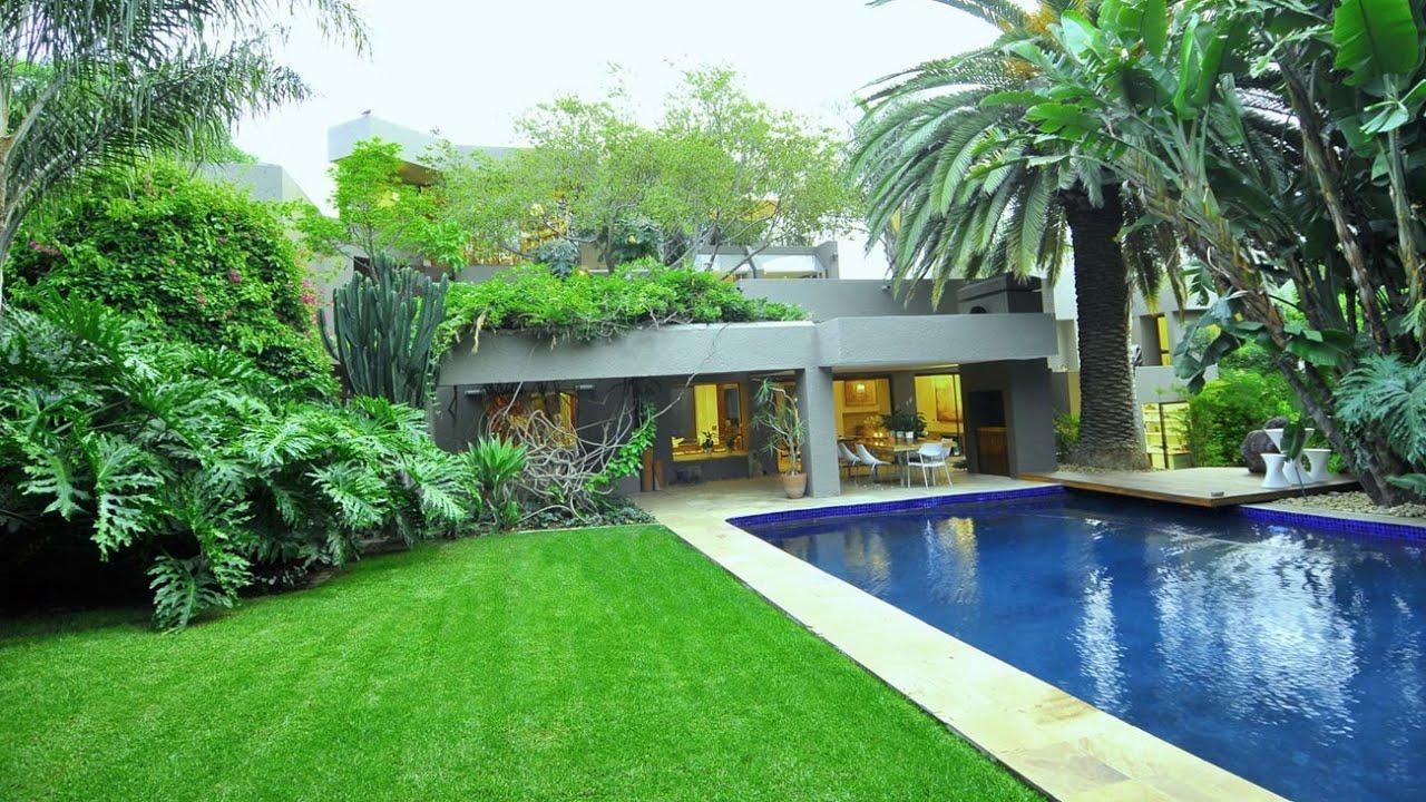 Lush Tropical House in Johannesburg, South Africa (by Nico van der Meulen)