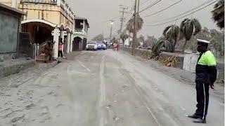 Nach dem Vulkanausbruch: Straßen der Karibikinsel St. Vincent mit Asche bedeckt