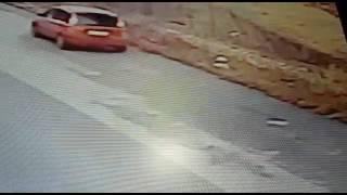 Abbandona rifiuti per strada, i vigili lo filmano e scatta la multa