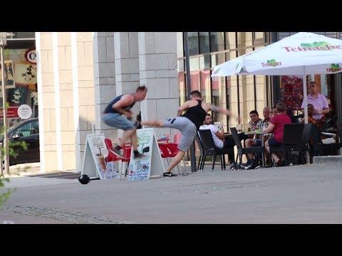 SCHLÄGEREI auf der Straße – Wie reagieren die LEUTE?! ׀ STREET FIGHT EXPERIMENT