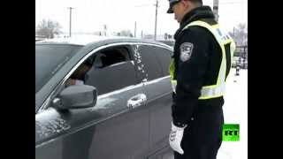 شرطي المرور يتشبث بسيارة مخالفة