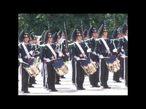 Peculiar cambio de guardia en el Palacio Real de Oslo, Noruega