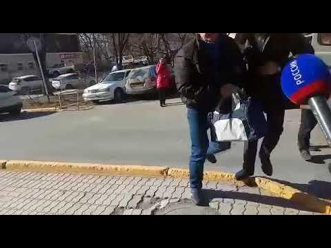 Василия Усольцева доставили в Ленинский районный суд Владивостока
