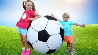 Дети и папа играют в футбол и веселая детская песенка