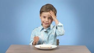 Дети пробуют хлеб с маслом и сахаром