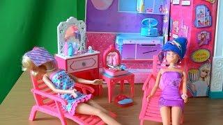 Играем в куклы сериал  Барби, в своем салоне Барби спасает цвет волос Штеффи, Штеффи снова блондинка