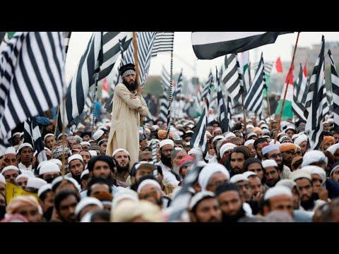 Au Pakistan, l'ultimatum des islamistes lancé à Imran Khan pour démissionner reporté à lundi soir