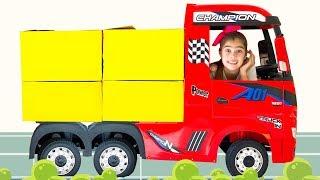 Nastya và Artem cùng Mia chơi với một chiếc xe tải đồ chơi đang giao hàng