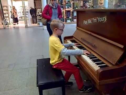 Um Menino De Oito Anos Toca Chopin No Piano Sem Nunca Ter Tido Aulas...