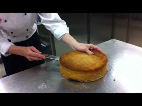 Konditoren på Color Magic lager kake til 17. mai (kortversjon)