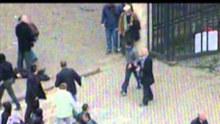 Vrasja e te riut gjate sulmeve ne KM - Ndiqni levizjet e burrit ne rrethin e kuq