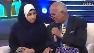 فتاة تركية تقرأ القرآن