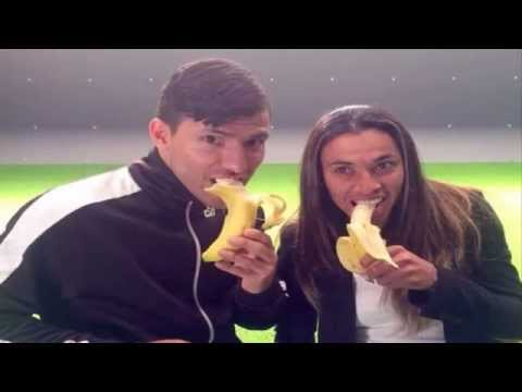 The whole world turns to eating bananas in support of Dani Alves