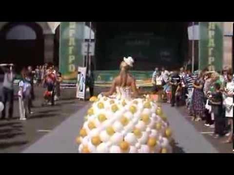видео: Свадебное платье из шариков