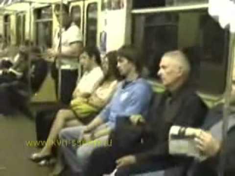 Парень залезает пальцами под юбку молодой блондинки в полном автобусе
