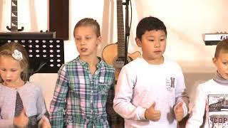 Дети рассказывают стихи и поют песни. Церковь для русскоговорящих