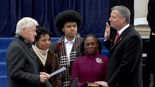 Bill Clinton swears in Bill de Blasio as New York mayor - no comment