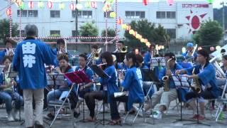 2013年7月27日 第33回片倉台夏祭り会場で地域の社会人吹奏楽団が披露し...