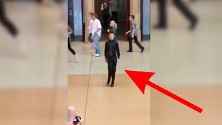 Der Junge fängt auf dem Bahnhof an zu tanzen - dann passiert das Rührende