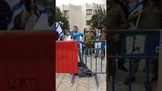 """הפגנה נגד המרצה שהשפילה סטודנטית כי לבשה מדי צה""""ל באוניברסיטה העברית"""