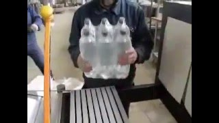 Групповая упаковка ПЭТ тары 1,5 л.Термоусадочная упаковочная машина(Подробности цены на сайте http://upakovochnoedelo.ru/ Предприятие