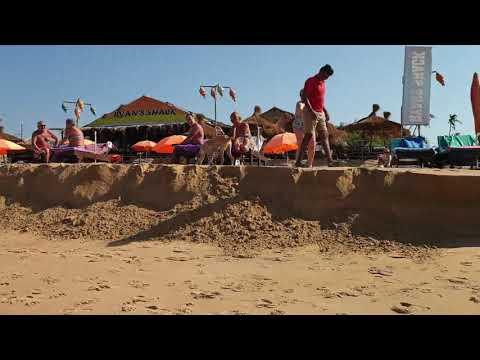 Гоа.Кандолим.Пляж смыло волной, штормит.Идем к португальскому форту.