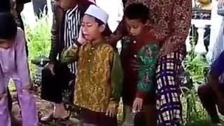 Video Anak kembar sholih adzan di makam ibunya download MP3, 3GP, MP4, WEBM, AVI, FLV Oktober 2019