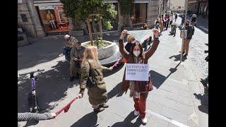 Napoli zona rossa, il flash mob della mutanda: catena umana di commercianti per la riapertura