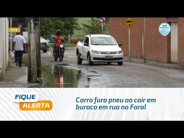 Flagrante: Carro fura pneu ao cair em buraco em rua no Farol