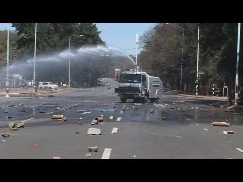Anti-Mugabe protesters clash with police in Zimbabwe