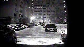 Кража аккумулятора с авто на ул. Клочкова. Кадры с камеры видеонаблюдения.